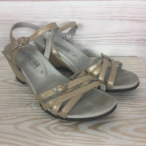 Mephisto 8 Gold Metallic Leather wedge Sandals